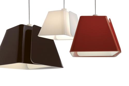Folha é o nome desta coleção da Componenti. Com a criação destas luminárias a empresa mostra as diversas possibilidades do metacrilato. O desenvolvimento das peças teve a colaboração do estúdio Adriano Design, de Torino, na Itália