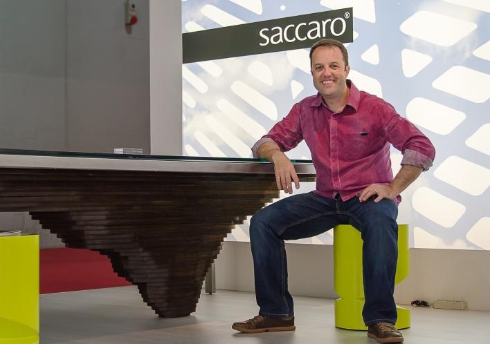 Roque Frizzo e a mesa Serra Pelada, desenhada por ele para a grife Saccaro